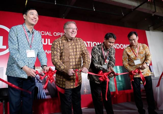 The ribbon cutting ceremony at UL's new wire & cable laboratory in Jakarta, Indonesia on April 11, 2017