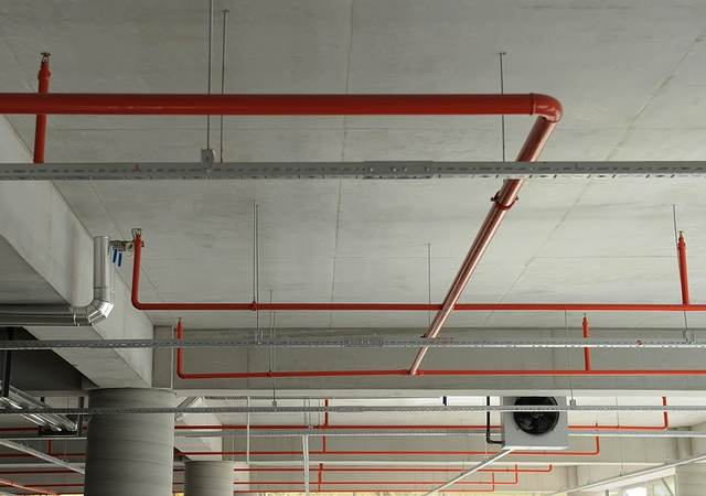 Fire sprinkler pipe system in a parking garage