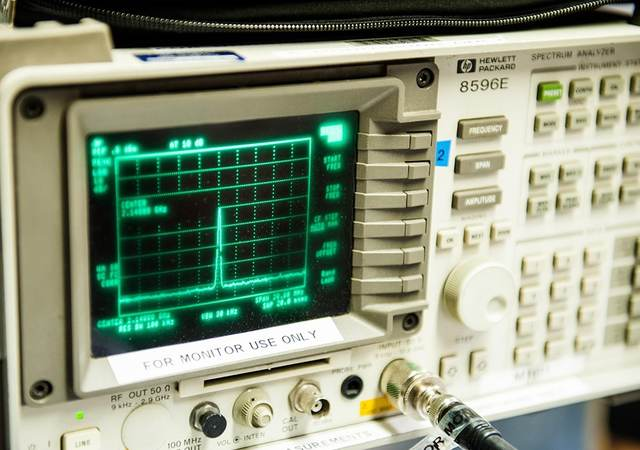 A picture of a spectrum analyzer testing device.