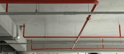 Fire sprinkler pipe system in a parking garage