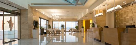 A hotel lobby with both luminaires and natural light sources that create a welcoming atmosphere