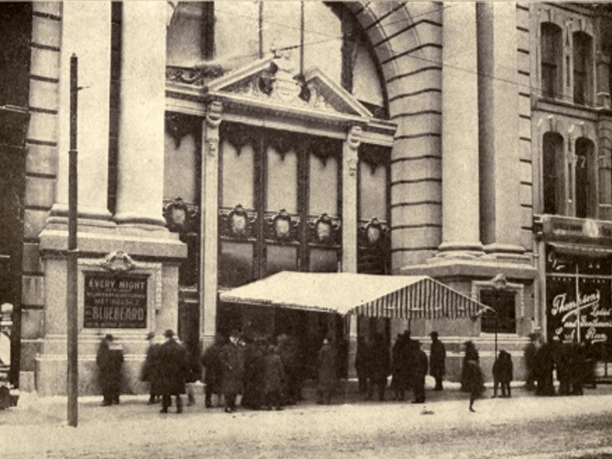 Exterior picture of the Iroquois Theater 1903