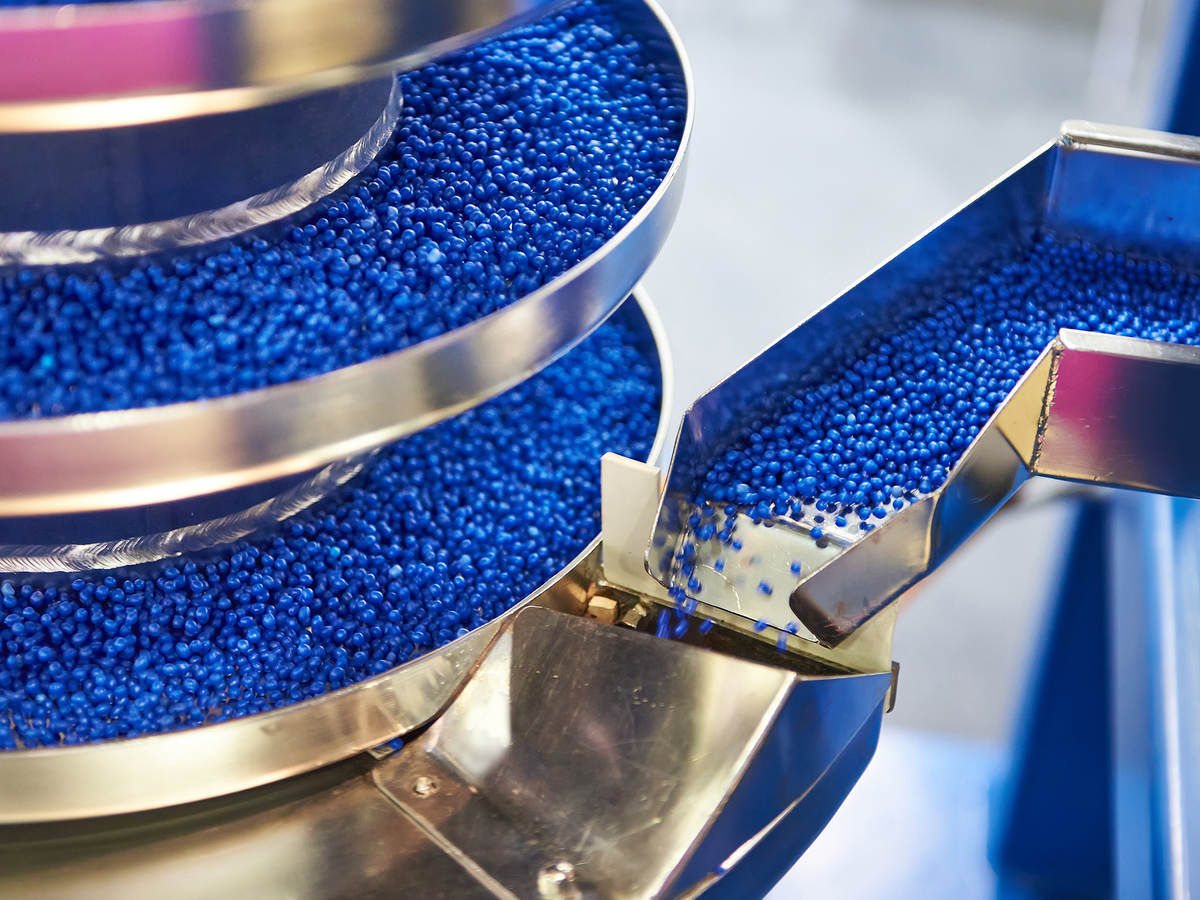 Equipment with conveyor for working with small plastic granules for the chemical industry